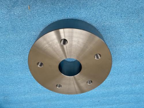 Une plaque d'assemblage en acier